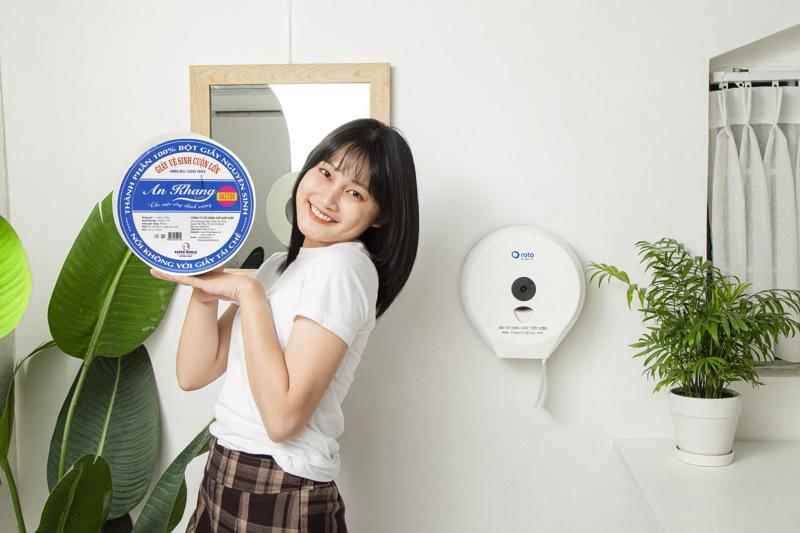Sử dụng Giấy vệ sinh cuộn lớn AKC700 kèm hộp đựng giấy RT3203A