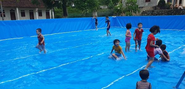 Lớp học bơi tại bể bơi di động